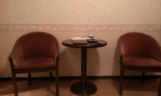 部屋のソファーとテーブルです