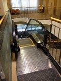 1階からロビーへのエスカレーター
