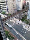 ホテルの横を電車が通ります