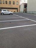 ホテル横の平面駐車場