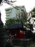 弁天神社からホテルを見上げる