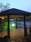 湖畔の東屋
