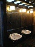 檜の露天風呂洗面台