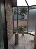 ホテル玄関横の喫煙コーナー
