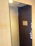ドア際の鏡