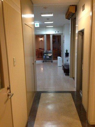 エレベーターホールからロビーへの廊下