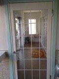 宿泊棟からフロントへの通路ドア