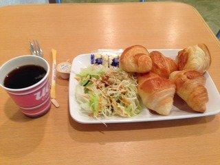 朝食はパンとサラダ