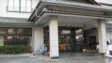 文化財建築の近くの温泉旅館