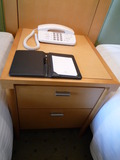 ベッドとベッド間のテーブル