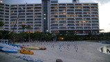 ビーチサイドから夕方のホテル外観