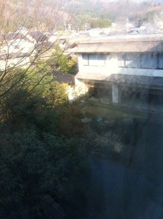 窓からは旅館の中庭がみえます