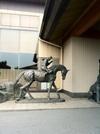 入り口には馬の像もあります