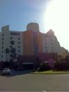 朝日を浴びるホテル