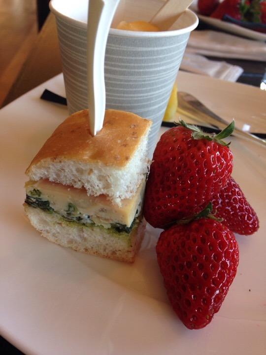 サンドイッチと、苺