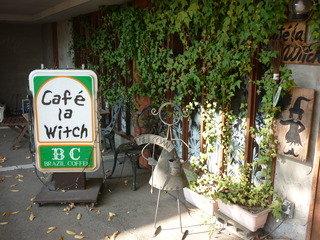 入り口階段横のカフェ