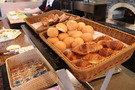 朝食バイキングの焼き立てパン