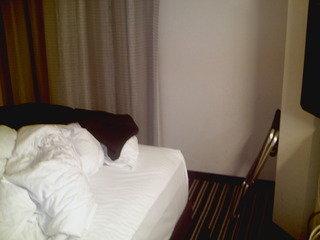 512号室のベッドと隅の間