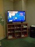 食事会場の大型テレビ