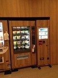 お菓子カップ麺自販機とタバコ自販機