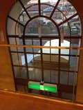 2階の吹き抜けから見た大型半円形窓