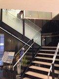 1階と2階ロビー間の階段