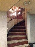1階と2階ロビーとの階段