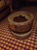 臼のテーブル