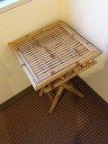 エレベーターホールの藤でできたテーブル