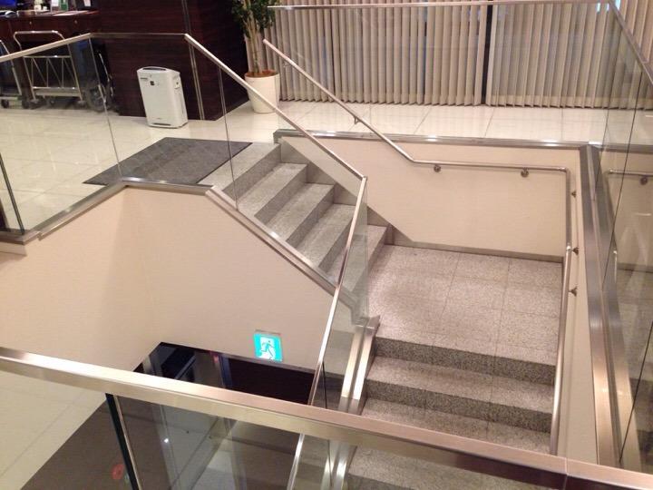 ロビー前の吹き抜け階段