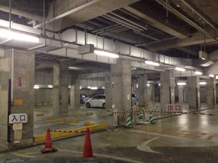 地下駐車場内部