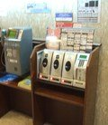 電話コーナーと携帯電話充電コーナーです。