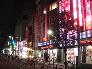 ホテルの前の通りはすごくにぎやかです。