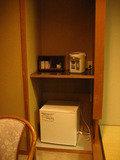 客室の電気ポットと冷蔵庫です。