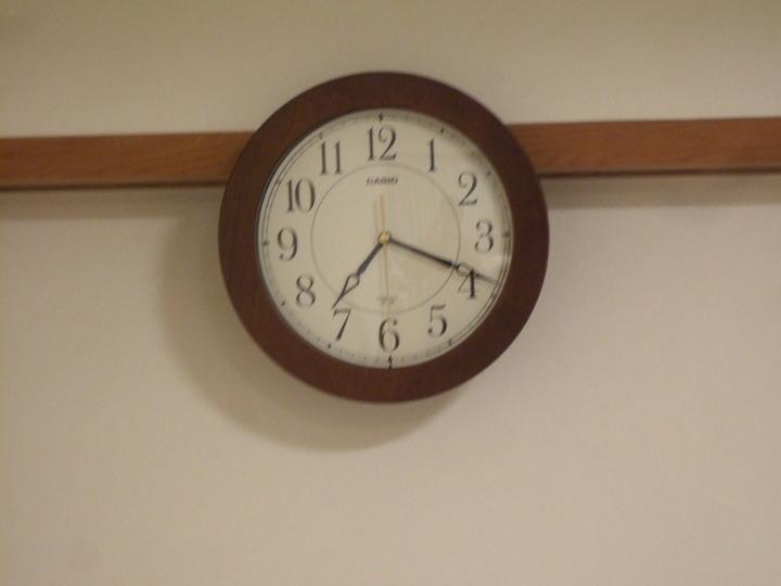 壁には時計がかかっています。