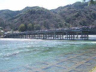 嵐山の有名な観光地の渡月橋です。