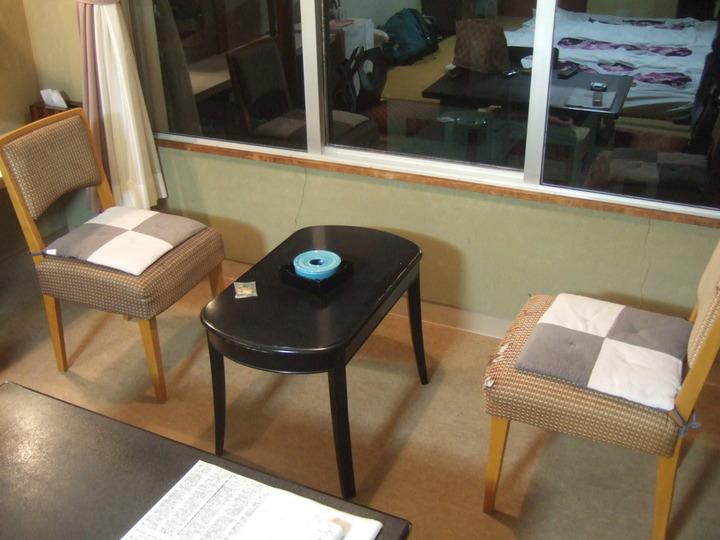 部屋の窓側にセットされていました椅子とテーブルです。
