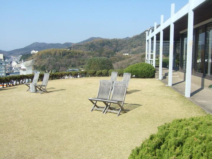 ホテルの海を見下ろす芝生です。