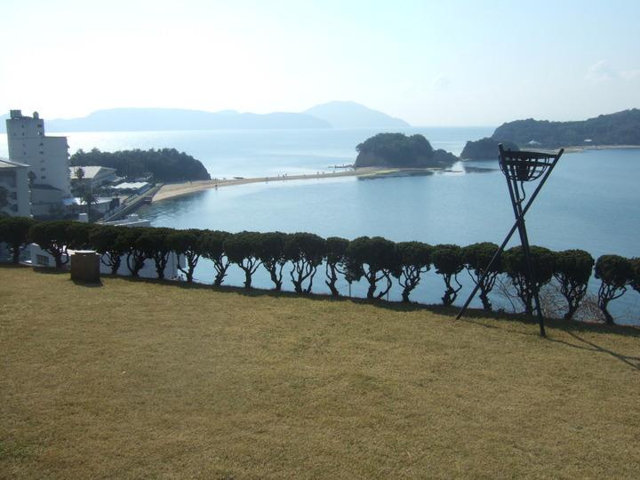 ホテルの芝生庭園からは観光名所のエンジェル・ロードが一望できます。