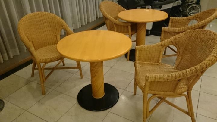 アパホテル高崎駅前のロビーの椅子とテーブル