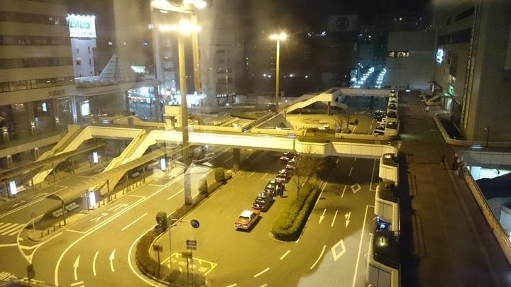 アパホテル高崎駅前の部屋から見たJR高崎駅前バス停・タクシー乗り場ロータリー