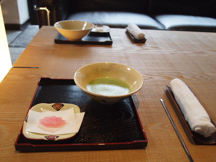 朝里川温泉小樽旅亭藏群のウェルカムティーと和菓子