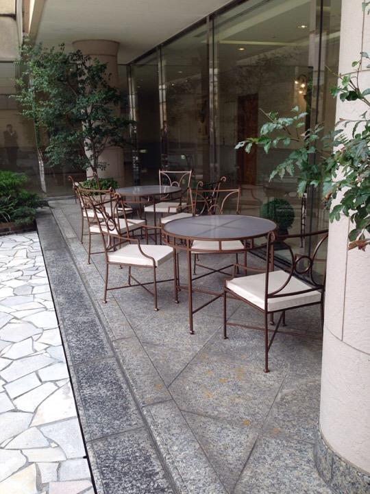 チャペル前広場のテーブル