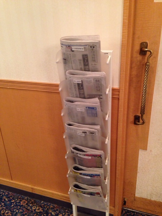 朝食会場の新聞ラック