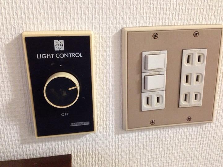 照明スイッチとコンセント