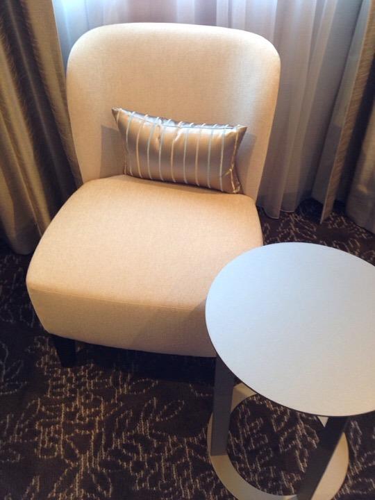 テーブルと1人掛けソファ