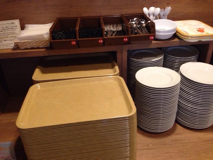 朝食バイキングのトレーお皿