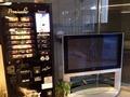 大型テレビとコーヒー販売機