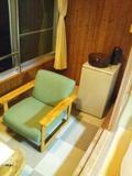 窓際の椅子&冷蔵庫