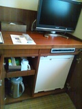 コンパクトにまとまったテレビ、冷蔵庫まわり